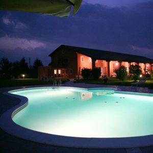 tenuta monterosso piscina di sera